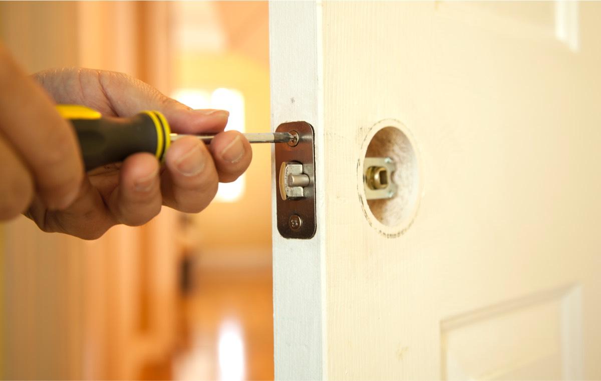 https://a.rpassets.com/rpsite/p11/assets/bundles/rplocal/img/job-types/locksmith/locksmith-image.jpg